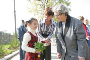Blomsterflickan Katja Malmas får lugnande ord av mamma Lilja och mormor Maria