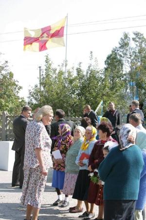 Svenskbydamerna  tar plats utanför kyrkans grind