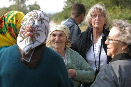 Förväntansfulla damer på kyrkbacken, Lydia Utas gladare än på länge