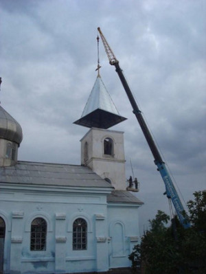 Den nya torn-hättan lyftes på_ en vecka före kungabesöket