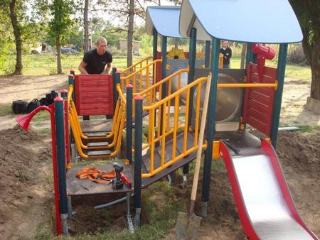 Lekparken monteras två dagar före besöket