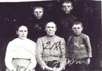 218 Hinas Josefina med barn