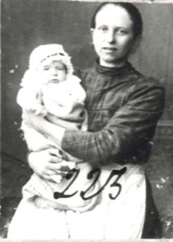 223 Hinas Lydia med barn