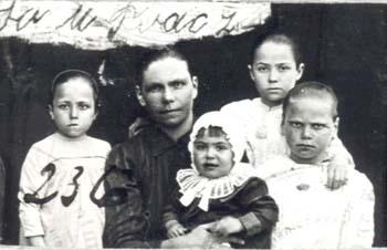236 Hoas Julia med barn