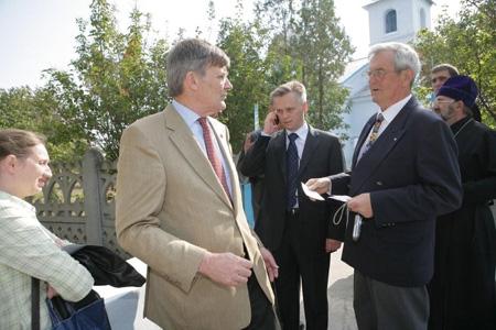 Lolo Sturén och hans automatiska telefonsvarare  Oleg Antonenko,  marknadschef på Chumak_ samt Sven Bjerlestam