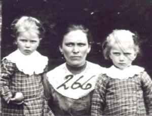 266 Knutas Alvina med barn