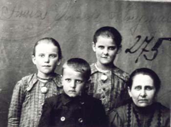 275 Knutas Anna med barn
