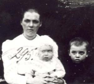 295 Knutas Anna med barn