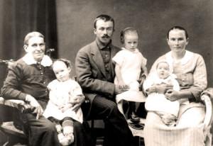 Kristiansson Knutas Wilhem och Emma med familj.  Från höger: Emma med Emmy i knäet, Wilhem med Anna i knäet  och Katarina Johansdotter Eichhorst med Karin i knäet