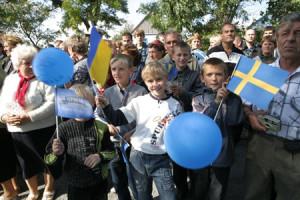 Både den svenska och den ukrainska flaggan syns i folkvimlet