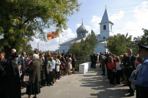 Byborna väntar på att kungaparet skall komma ut från kyrkan där de samtalar med damkören