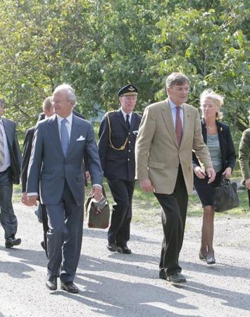 Fortsatt promenad i byn;  kungen, kungens stabschef Håkan Pettersson, Lolo Sturén och Hovets presschef Nina Eldh