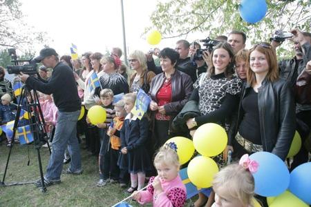 Dagisföräldrar och barn väntar på invigningen av lekparken