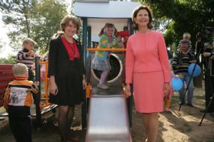 Drottningen och Ludmilla Eriksson, som representerar Hags ABs som levererat alla lekanordningarna