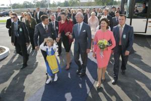 Carl och Tanya Sturén hälsar kungaparet  välkomna till Chumak tillsammans med blomsterflickan Anna Bodén