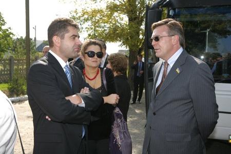 Ukrainas nytillträdde ambassadör i Stockholm Eugen Perebyinis med hustru Olga samtalar med förre ambassadören Leonid Kozhara