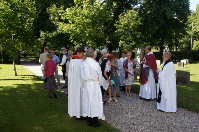 Samling av sångkör utanför Roma kyrka för intåg i kyrkan med psalmsång